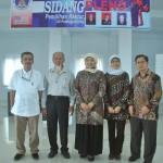 Foto bersama Rektor, Ketua Senat, Utusan kemendikbud, dan Prof. Novesar setelah sidang pleno pemilihan rektor ISI Padangpanjang (Foto : Wisnu Prastawa)