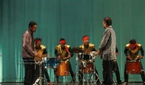 Gubernur Bermain perkusi pada acara pisah sambut rektor ISI padangpanjang