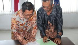 Penanda tanganan Berkas Serah Terima Jabatan Rektor Lama dan Rektor Baru ISI Padangpanjang (andri)